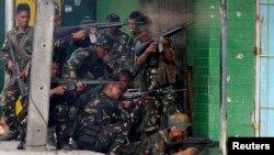 Tentara pemerintah Filipina menembakkan senjata mereka ke arah pemberontak terkait MNLF di kota Zamboanga, Filipina, 12 September 2013 (Foto: dok).