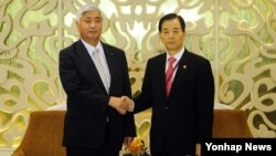 지난 30일 싱가포르에서 아시아안보회의(샹그릴라 대화)에 참석하고 있는 한민구 국방부 장관(오른쪽)이 나카타니 겐 일본 방위상과 한일 국방장관 회담에 앞서 악수하고 있다. (자료사진)