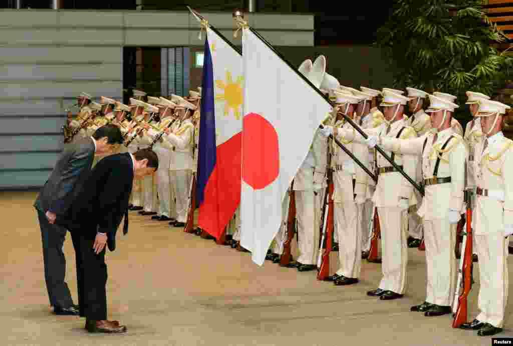 ادای احترام رودریگو دوترته، رئیس جمهور فیلیپین، و شینزو آبه، نخست وزیر ژاپن، به پرچمهای دو کشور. آقای دوترته که تازه رئیس جمهوری فیلیپین شده، به اظهارات جنجالی شهرت دارد. او ابتدا اوباما را «حرامزاده» خواند. بعد عذرخواهی کرد. هفته پیش گفت که دیگر تحت حمایت آمریکا نیست و به زیر حمایت چین می رود. اما بعد گفت منظورش این نبوده که با آمریکا قطع رابطه کند. حالا در ژاپن هم گفته که آمریکا باید ظرف دو سال پنج پایگاه فیلیپین را ترک کند.