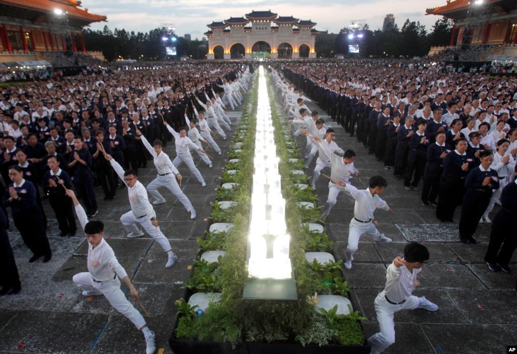 타이완 타이페이의중정기념당에서 부처님 오신날을 맞아 시민들이 공연을 펼치고 있다.