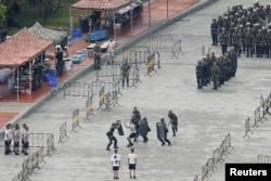 中國軍人2019年8月16日在靠近香港的深圳灣體育中心內進行人群管控演練。