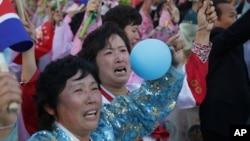 지난달 10일 북한 노동당 창건 70주년을 맞아 평양 김일성 광장에서 열린 대규모 군중대회에 참석한 북한 여성들.