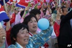 북한 노동당 창건 70주년을 맞아 10일 평양 김일성 광장에서 열병식에 이어 대규모 군중대회가 열렸다.