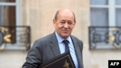 Menteri Pertahanan Perancis Jean-Yves Le Drian di Istana Elysee di Perancis (Foto: dok). Pemerintah Perancis akan menggunakan semua cara yang mungkin untuk memastikan pembebasan tujuh warga Perancis yang disandera di Kamerun (26/2).