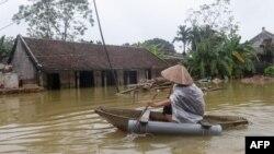 Một dân làng chèo xuồng giữa nước lụt.