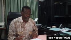 Le directeur général de la Société d'aménagement des Terrains Urbains Claude Aubin Tapsoba, après la conférence de presse, au Burkina, le 5 novembre 2016. (VOA/ Issa Napon)