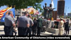 Khách tham dự xếp hàng thắp nhang tại bàn thờ tử sĩ trong một buổi lễ tưởng niệm biến cố 30 tháng 4 do cộng đồng người Việt tổ chức ở Oklahoma City, bang Oklahoma, ngày 25 tháng 4, 2021. (Facebook Vietnamese American Community of Oklahoma)