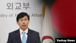 조준혁 한국 외교부 대변인이 4일 정례브리핑에서 북한의 탄도미사일 도발에 대한 유엔 안보리 차원의 대응 등에 관해 한국 정부의 입장을 밝히고 있다.