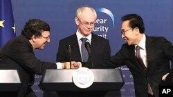 28일 열린 한.EU 정상 공동 기자회견에서 악수하는 이명박 대통령(오른쪽), 조제 마누엘 바호주 EU 집행위원장(왼쪽), 헤르만 반 롬푀이 EU 상임의장 (중앙).