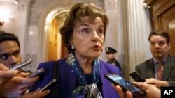 La senadora Dianne Feinstein habla con los reporteros sobre sus sospechas de que la CIA espió computadoras del Senado.