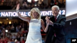 Le Vice-président sortant américain Joe Biden tient sa femme qui l'a rejoint sur le podium après son discours à la Convention nationale démocrate à Philadelphie, 27 juillet 2016.