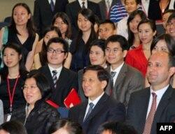 张业遂夫妇与主办人员及中国留学生合影