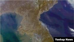 23일 북한 서쪽에서 시작된 불이 파주 도라산전망대 인근 비무장지대(DMZ)까지 번져 진화 중인 가운데 북한 동쪽에서도 연기가 오르는 모습이 포착됐다.