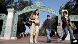 资料照片:加州伯克利大学学生走过萨瑟门。(2011年12月14日)