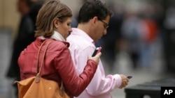 En lugar de un interruptor inhabilitante, se piensa en un programa que elimina la información de los celulares.