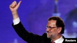ນາຍົກລັດຖະມົນຕີ ສເປນ ແລະ ຜູ້ນຳພັກ ປະຊາຊົນ ທ່ານ Mariano Rajoy ຍົກນິ້ວໂປ ໃນລະຫວ່າງການໂຄສະນາ ຫາສຽງ ສຳລັບການເລືອກໃນນະຄອນຫຼວງມາດຣິດ, ປະເທດ ສເປນ, 18 ທັນວາ, 2015.