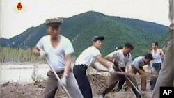 북한 노동자들이 홍수피해지역에 대한 대대적인 복구 지원에 나섰다고 조선중앙TV가 지난 12일 보도했다.