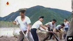 북한 조선중앙TV는 12일 노동자들이 북부지대 홍수피해지역에 대한 복구 지원에 나섰다고 보도했다.