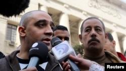 半島電視台記者默哈邁德的家人在法庭外接受訪問(資料圖片)