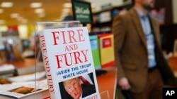 Newport ၿမိဳ႕ Barnes & Noble စာအုပ္ဆိုင္မွာေတြ႔ရတဲ့ Fire and Fury: Inside the Trump White House စာအုပ္။ ဓါတ္ပံု - AP