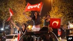 """استنبول میں """"ہاں"""" کے حامی جشن منا رہے ہیں"""