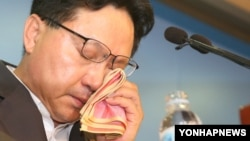 1일 기자회견에서 발언 도중 눈물을 흘리는 한국의 탈북자 출신 조명철 의원.