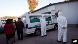 지난 27일 평양 순안 공항에서 안전복장을 착용한 의료진이 구급차 옆에서 대기하고 있다.