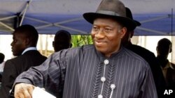 Nigerian incumbent President Goodluck Jonathan cast his ballot in Otuoke, Nigeria, April 16, 2011.
