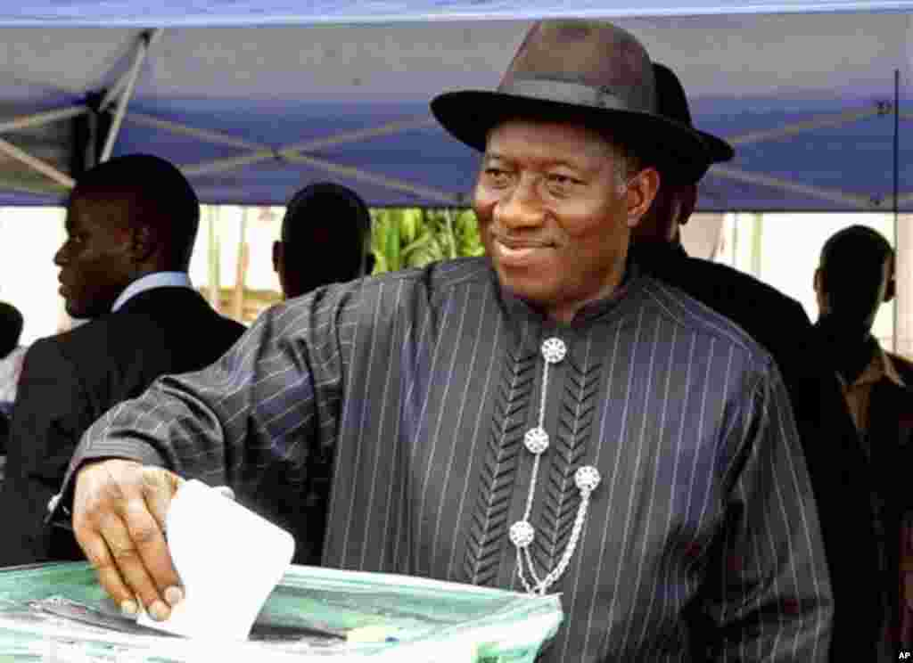 Nigerian incumbent President Goodluck Jonathan cast his ballot in Otuoke, Nigeria, April 16, 2011. (AP image)