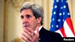 Menlu AS John Kerry dalam jumpa pers di rumah kediaman Dubes AS di Paris (31/3).