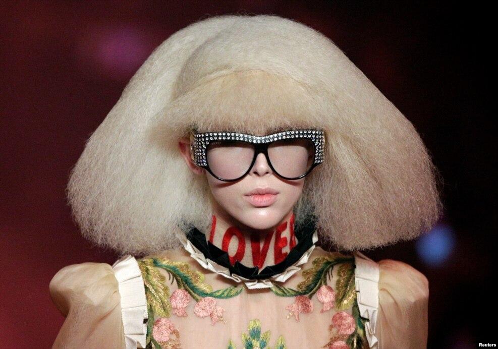 이탈리아 밀라노에서 열린 밀라노 패션위크 모델이 구찌 2017 봄/여름 컬렉션을 선보이고 있다.