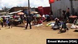 Certains vendeurs se sont livrés à leur activité malgré l'appel à la ville- morte à Bukavu, Sud-Kivu, 1er novembre 2017. (VOA/Ernest Muhero)