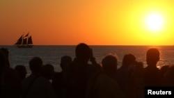 资料照:人们在美国佛罗里达州基韦斯特拍摄日落。(2017年2月5日)