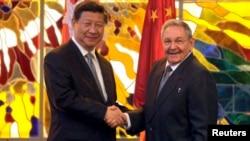 지난해 7월 시진핑 중국 국가주석(왼쪽)과 라울 카스트로 쿠바 국가평의회 의장이 아바나 혁명 궁전에서 만나 악수하고 있다. (자료사진)