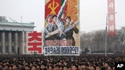 朝鲜人聚集在平壤金日成广场庆祝卫星的发射。(2016年2月8日)