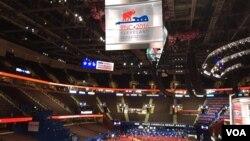 미국 공화당 전당대회가 열리는 클리블랜드 '퀵큰론 아레나'에서 18일 대회 개막을 앞두고 준비가 한창이다.