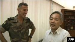 Ðại sứ Nhật tại Côte d'Ivoire Yoshifume Okamura ngỏ lời cám ơn sĩ quan Pháp sau khi được đưa đến nơi an toàn