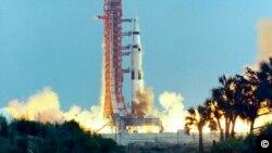Raketa Saturn V sa posadom misije Apolo 13 polijeće iz Kejp Kenedija na Floridi, 11. aprila 1970.