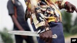 Wani mutum rike dawuka cikin watan unguwa a birnin Abidjan.