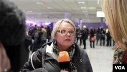 Didi Blackburn dari Dallas, Amerika Serikat, berbicara kepada wartawan di Frankfurt setelah mengungsi dari Tripoli, Rabu (2/23).