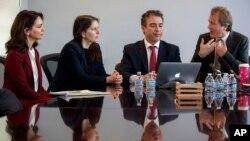 نازنین بنیادی(سمت چپ) بازیگر ایرانی و فعال مدنی، در کنار سارا موریارتی، بابک نمازی و ریچارد رتکلیف