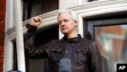 Julian Assange saluda a sus partidarios congregados fuera de la embajada de Ecuador en Londres, en una foto de archivo del viernes 19 de mayo del 2017.