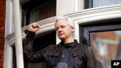 維基解密創始人朱利安阿桑奇2017年5月19日向使館外支持者揮手資料照。