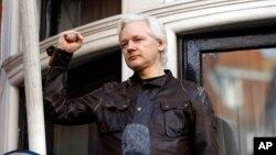 Julian Assange menyalami pendukungnya dari jendela Kedutaan Ekuador di London, Inggris (foto: dok).