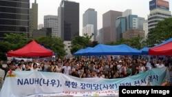 한국의 북한인권 민간단체 '나우(NAUH)'가 주최한 북한 장마당 재현 행사에서 참가자들이 기념사진을 촬영했다. 사진 제공=나우.