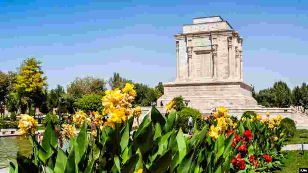 اگر به شمال مشهد و شهر توس می روید، آرامگاه فردوسی، شاعر نامدار ایرانی را از دست ندهید. عکاس : هادی نوید، ایلنا