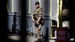 Un soldat patrouille à Downing Street, Londres, le 25 mai 2017.