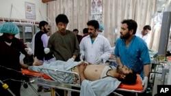 Dokter dan petugas medis Afghanistan merawat korban luka akibat bom di Kandahar di rumah sakit (7/4).