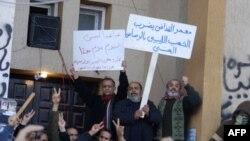 """Amatör bir kişi tarafından çekilen bu fotoğrafta pankartlardan birinde """"Kaddafi Libyalıları 'gerçek mermiyle' vurdu,"""" yazıyor"""