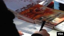 蔡耀昌表示,過去真的有中國在囚異見人士收到港人簽署、祝福他們的聖誕卡(美國之音湯惠芸拍攝)